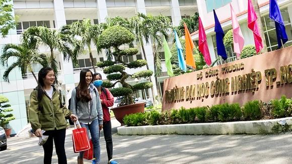 Sinh viên toàn trường chuyển sang học online