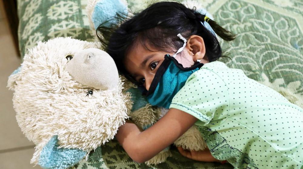 Một đứa trẻ mồ côi tại mái ấm từ thiện của trại mồ côi Balgran ở Jammu,  Ấn Độ - Ảnh: EPA