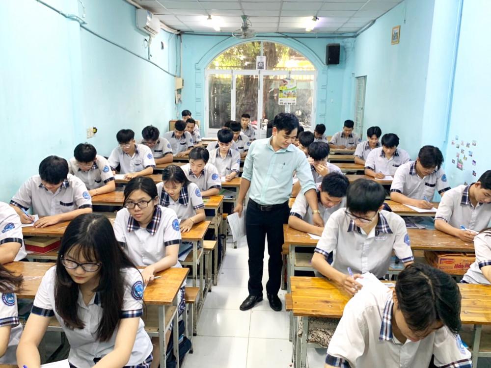 Học sinh lớp 12 Trường THPT Lý Thái Tổ (Q.Gò Vấp, TP.HCM) ôn tập trước ngày tạm dừng đến trường