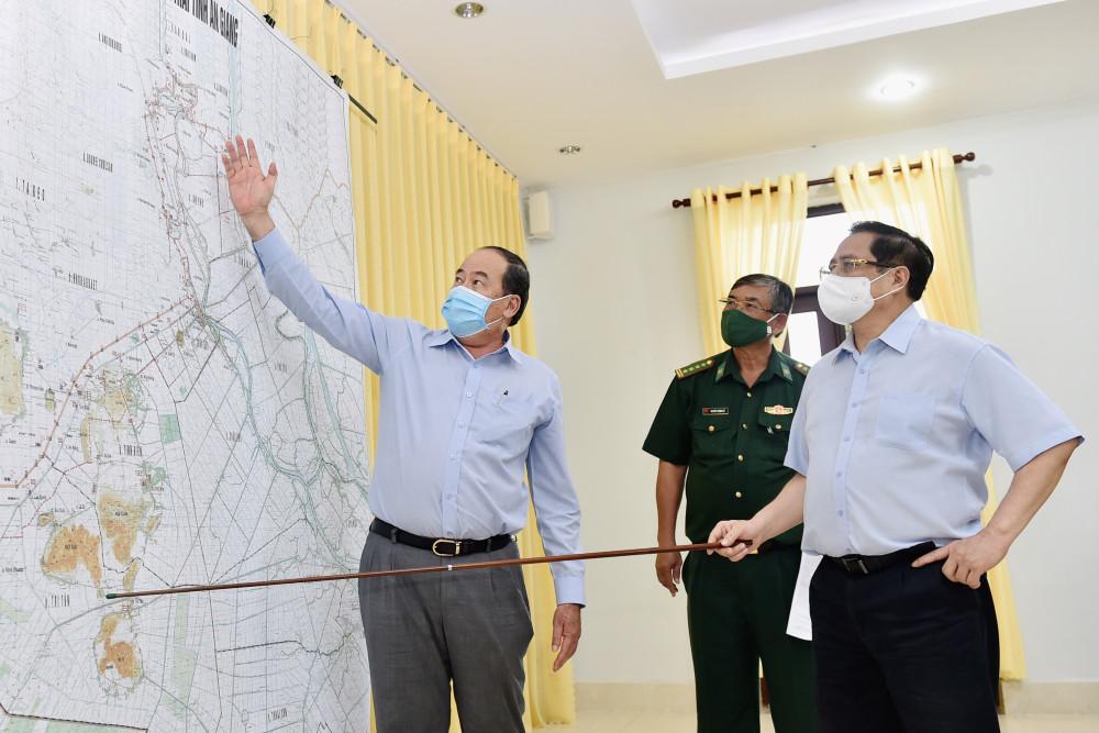 Thủ tướng Phạm Minh Chính nghe báo cáo về tình hình phân bổ các chốt kiểm soát của Bộ đội biên phòng tỉnh An Giang