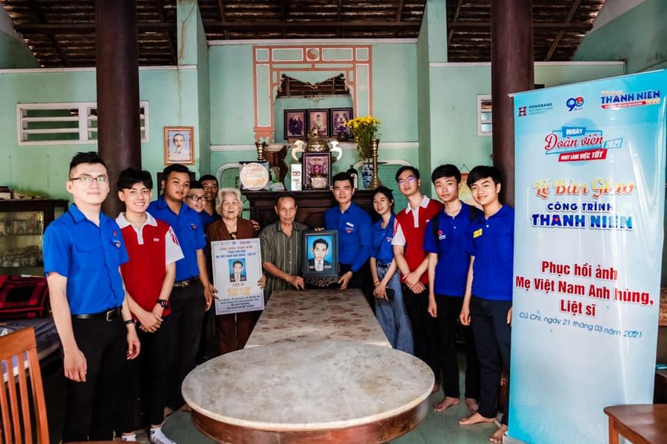 Bên cạnh việc bàn giao di ảnh, công trình Đoàn trường ĐH Hồng Bàng cũng trao tặng bảng tiểu sử Mẹ Việt Nam anh hùng và Liệt sỹ