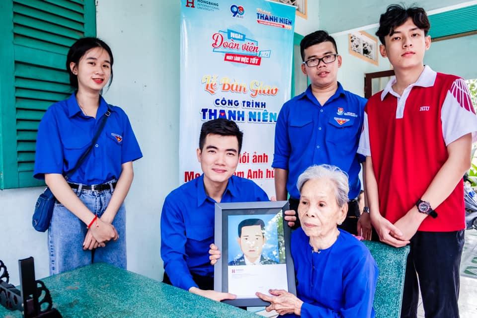 Đại diện Đoàn trường trao ảnh được phục hồi cho gia đình, thân nhân liệt sỹ
