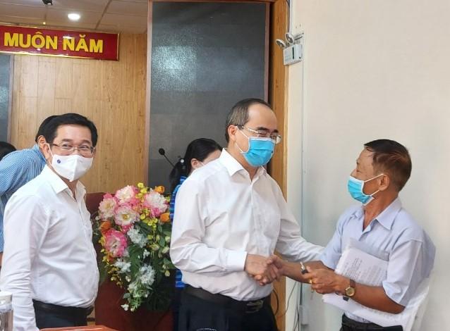 Các đại biểu thăm hỏi bà con cử tri phường An Lạc.
