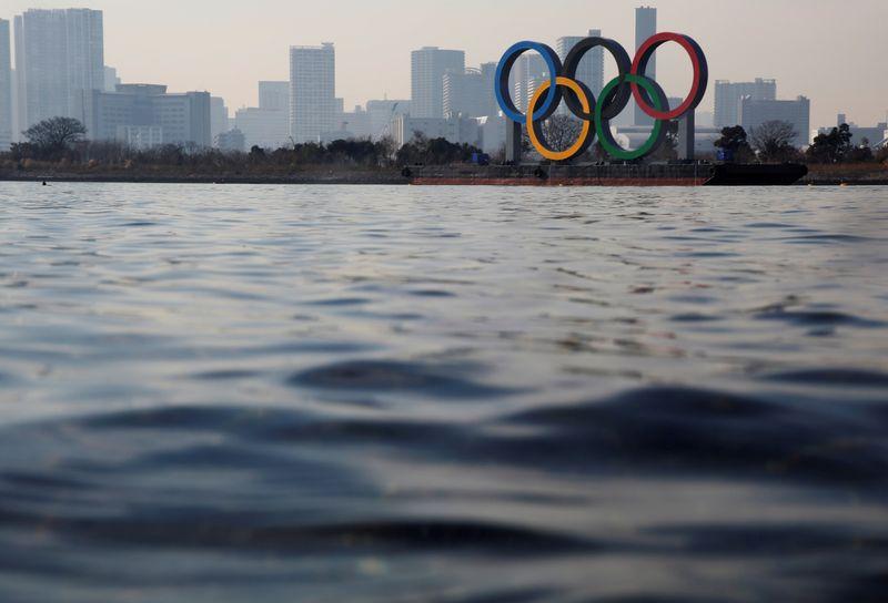Các vòng tròn Olympic khổng lồ nhìn từ biển, khi nước Nhật đang vật lộn chống trả dịch bệnh COVID-19 ở Tokyo - Ảnh: Reuters