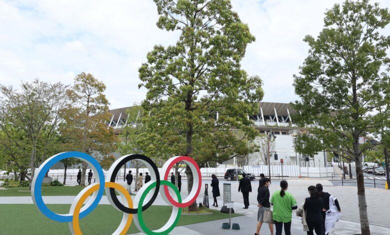 Tác phẩm điêu khắc vòng tròn Olympic gần Sân vận động Quốc gia Nhật Bản để chuẩn bị cho Thế vận hội mùa hè - Olympic Tokyo 2020 - sẽ bắt đầu vào tháng 7/2021 - Ảnh: USA Today