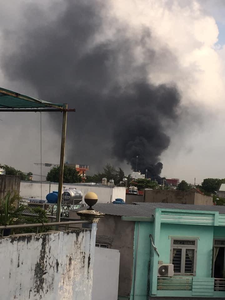 vụ cháy lớn, cột khói cao hàng chục mét