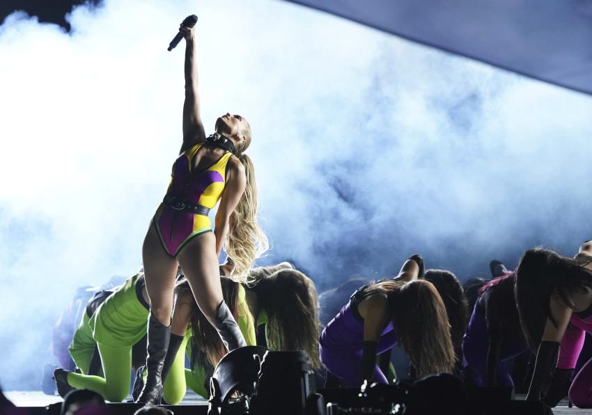 Jennifer Lopez biểu diễn tại hòa nhạc Vax Live: The Concert to Reunite the World