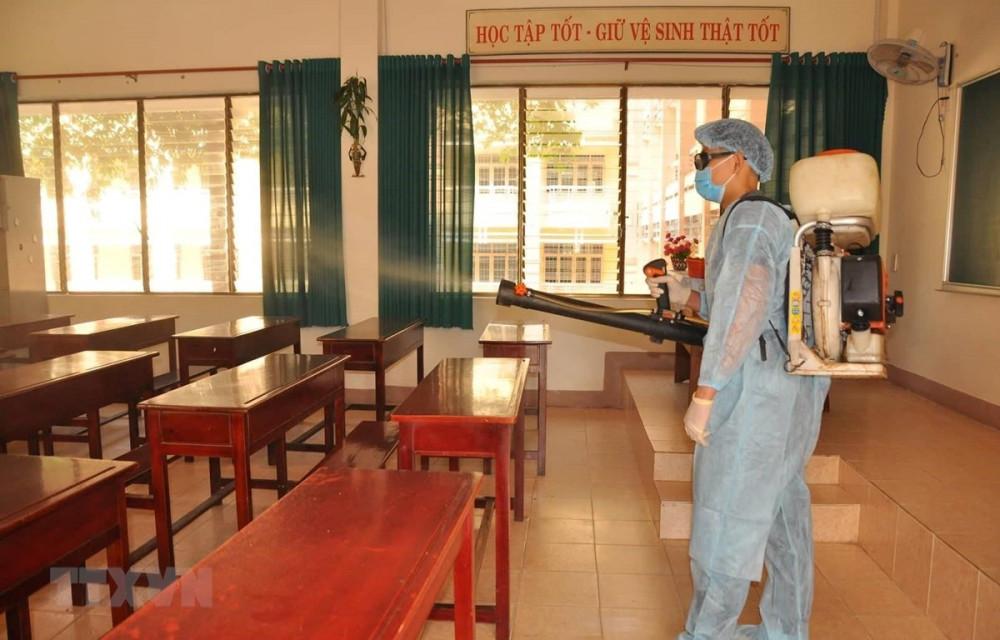 Tỉnh Hưng Yên tiến hành phun khử khuẩn toàn bộ TP Hưng Yên, đồng thời thực hiện giãn cách 6 xã và thị xã.