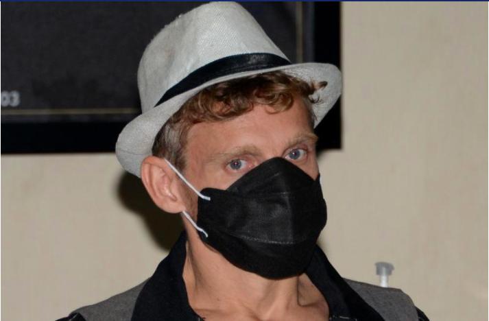 Christopher Kyle Martin của Canada được nhìn thấy trong cuộc họp báo của cơ quan quản lý xuất nhập cảnh tại sân bay quốc tế gần Denpasar trước chuyến bay của anh ta ra khỏi hòn đảo nghỉ dưỡng Bali của Indonesia, sau khi anh ta bị trục xuất vì cung cấp một lớp yoga cực khoái được coi là thiếu tôn trọng truyền thống và giá trị địa phương . (Ảnh AFP)