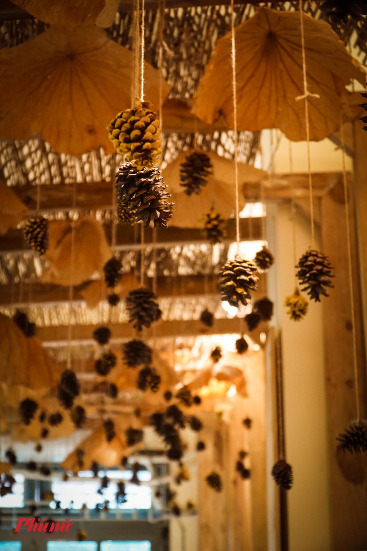 Không gian quán vô cùng ấm cúm với tone vàng từ gỗ thông