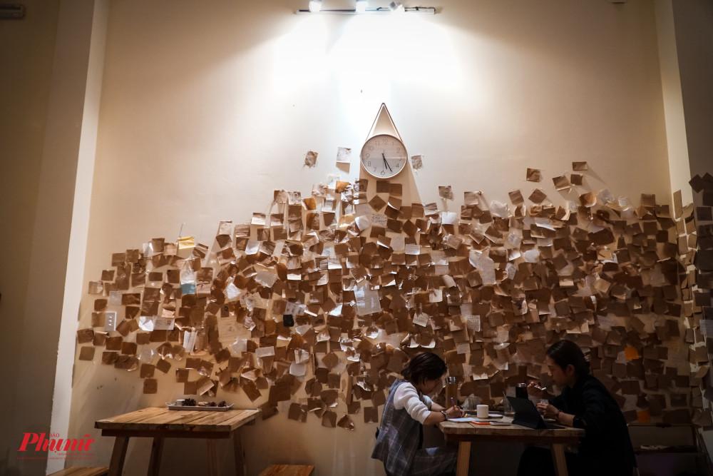 Bên trong quán, có 1 mảng tường to để mọi người gửi tấm tâm tư, tình cảm của mình vào giấy note và dán nó lên tường