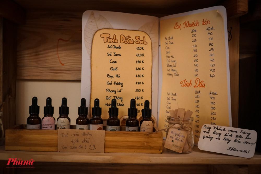 Bên cạnh thức uống, Quán của Thời Thanh Xuân còn bán những tin dầu do các nhân viên trong quan tự làm ra