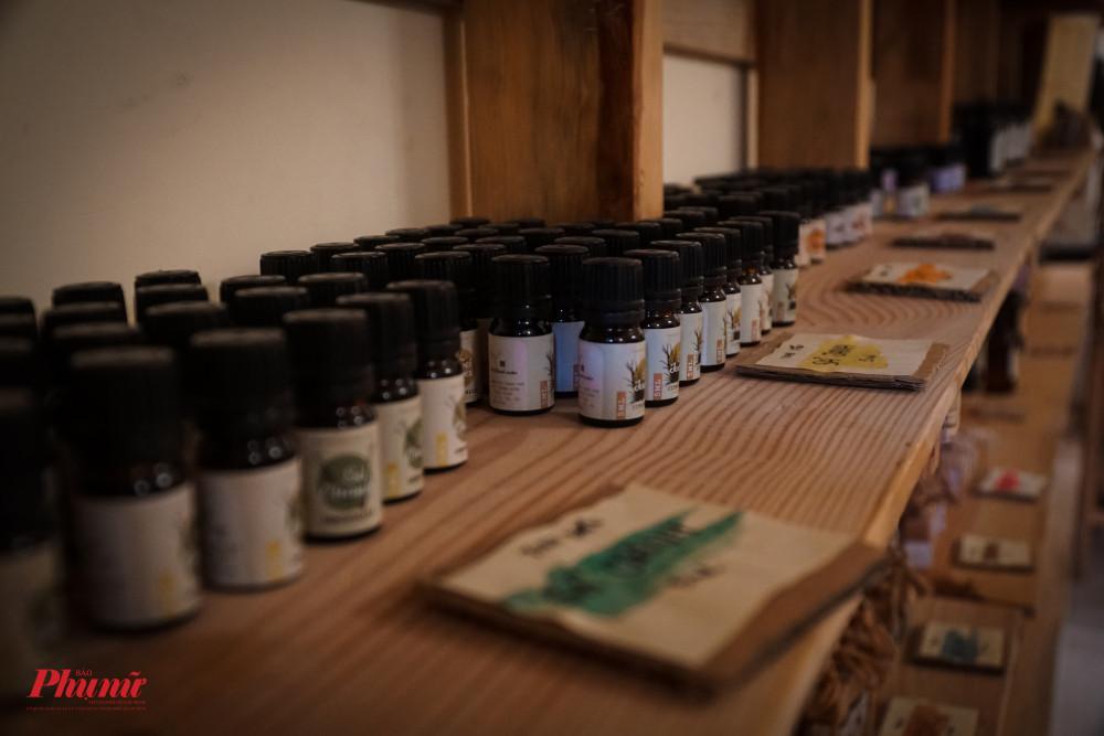 Rất nhiều loại tinh dầu và sáp thơm được bày bán, với những dòng ghi chú cẩn thận