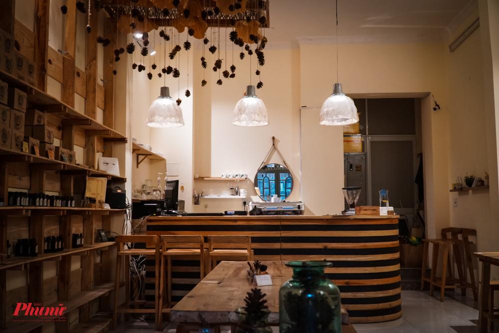Với cách trang trí bàn ghế từ gỗ thông cùng với những quả thông khô, thực khách như đặt chân đến Đà Lạt khi vào bên trong quán