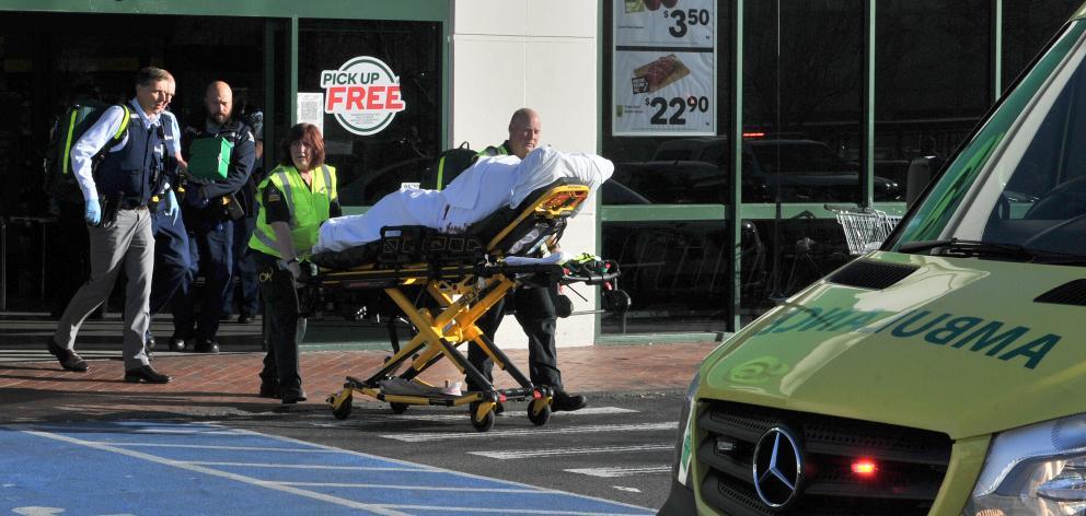 Người bị thương được đưa đến bệnh viện. Vụ tấn công bằng dao khiến 3 người nguy kịch.