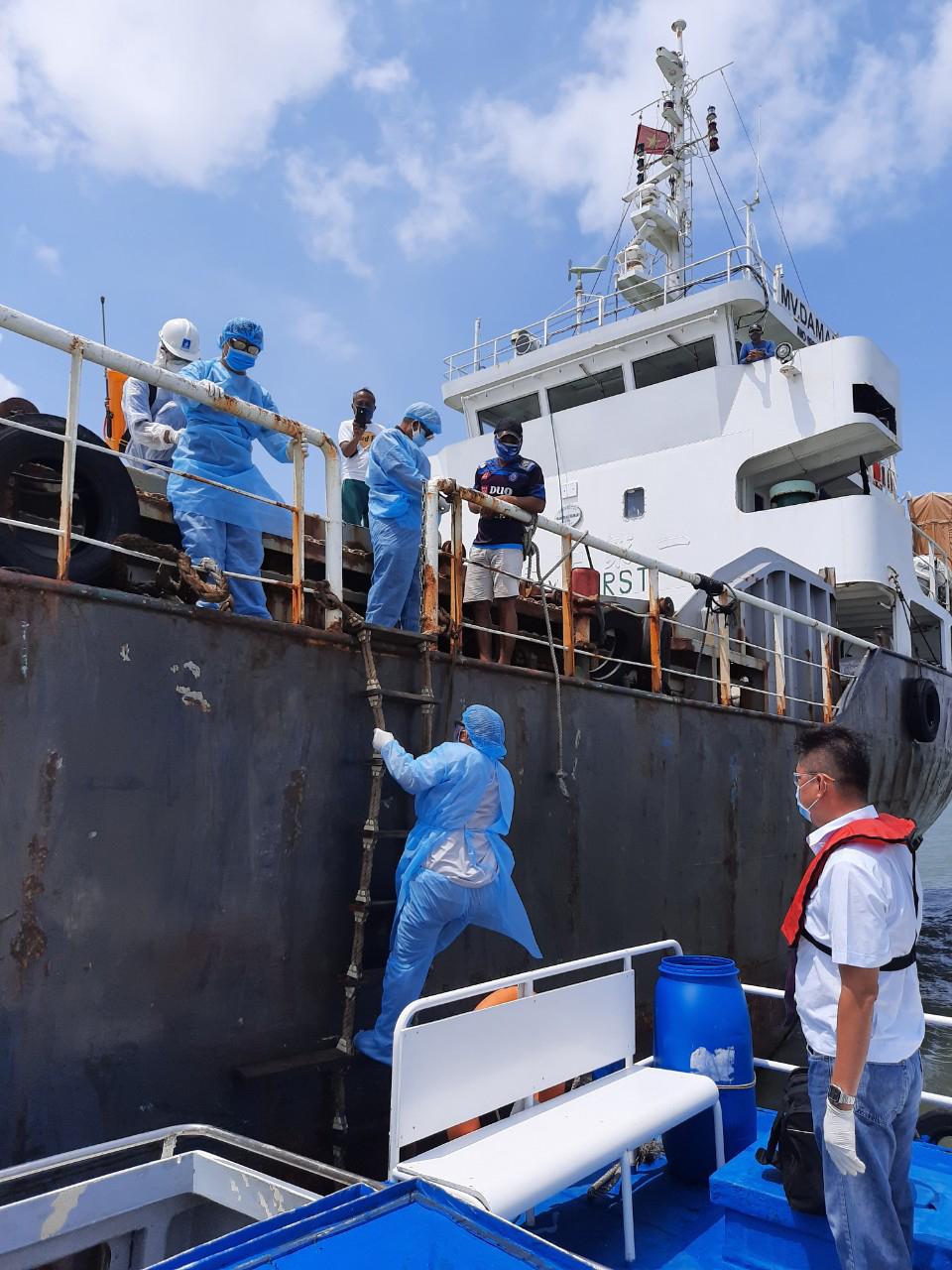 Lấy mẫu xét nghiệm COVID-19 cho thuyền viên cập cảng tại TPHCM
