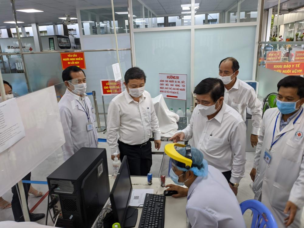 Chủ tịch UBND TPHCM Nguyễn Thành Phong kiểm tra phòng chống dịch COVID-19 tại Bệnh viện nhân dân 115