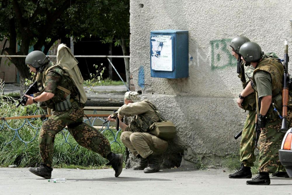 Cảnh sát đang bao vây trường học nơi vừa xảy ra vụ tấn công bằng súng - Ảnh: timesofmalta