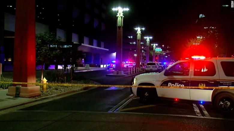 Một người chết và 7 người khác bị thương trong một vụ xả súng tại khách sạn Hyatt Regency ở Phoenix - Ảnh: CNN