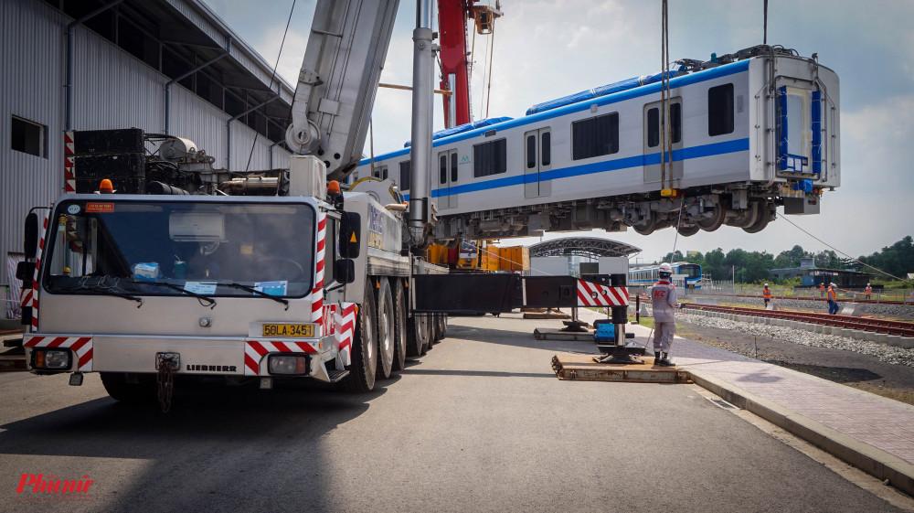 Trước đó, sáng 11/5, Đoàn tàu số 2 và số 3 đã được vận chuyển về Depot Long Bình vàng sáng nay (11/5) bằng xe siêu trường để vận hành thử nghiệm.
