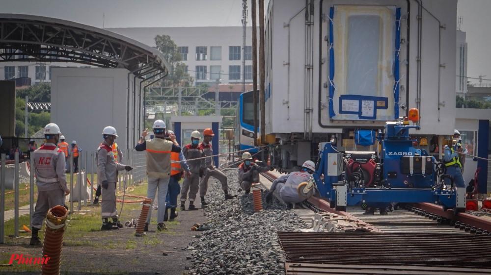 Sau khi hạ xuống đường ray, đoàn tàu được các kỹ sư kiểm tra các mặt tiếp xúc, dảm bảo không xảy ra sơ xót