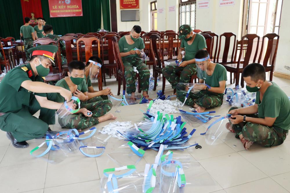 Cán bộ, chiến sĩ Trung đoàn 6 hăng say chạy đua với thời gian để làm ra những tấm chắn giọt bắn tặng nhân dân hai tỉnh Salavan và Sekong  nước CHDCND Lào