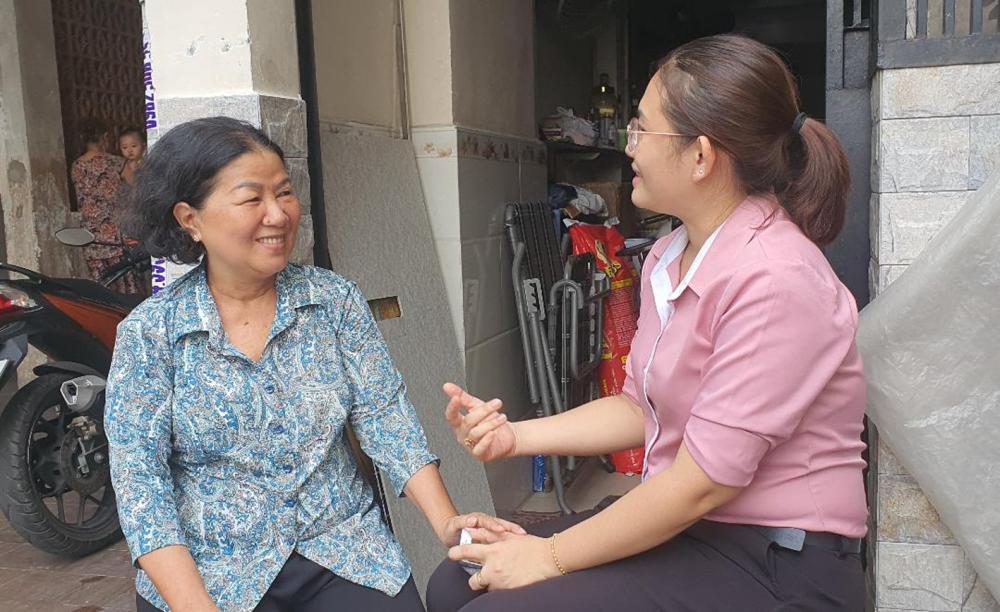 Cô Ngọc (trái) trao đổi hoạt động chăm lo phụ nữ với cán bộ Hội LHPN phường