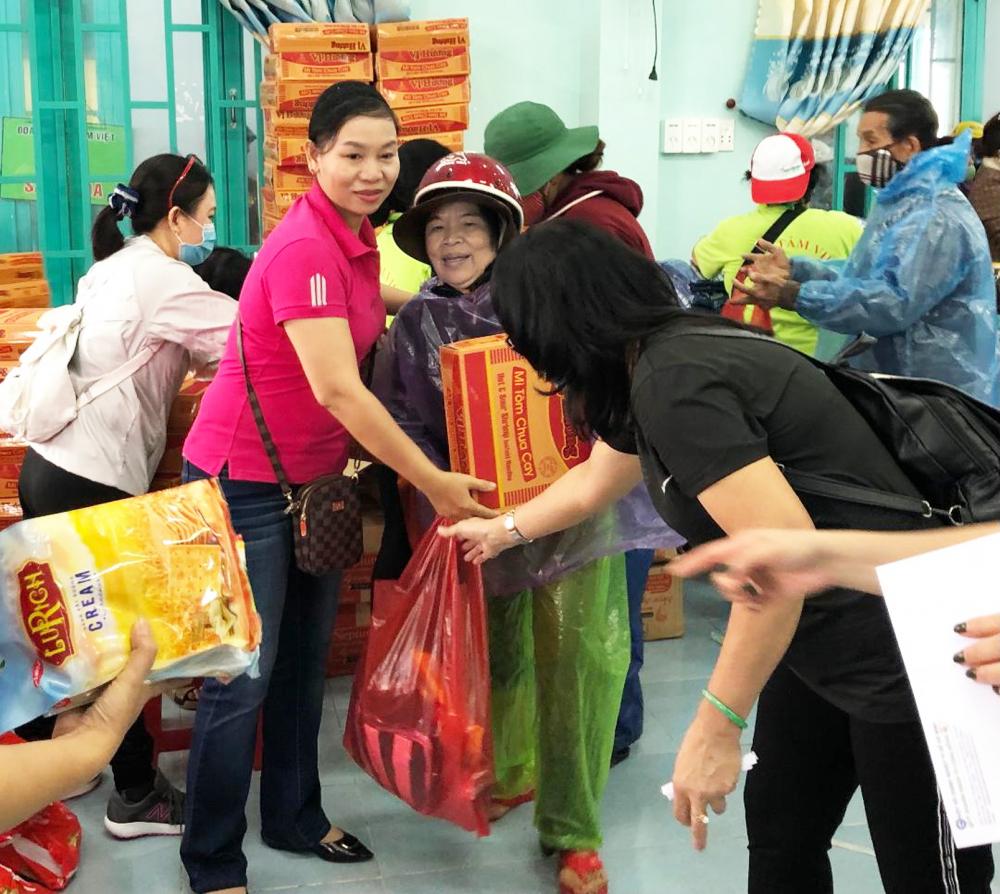 Bà Trần Thị Phương Hoa (bìa trái) - Phó Chủ tịch Hội LHPN TP.HCM - trong chuyến cứu trợ đồng bào bị ảnh hưởng bão lũ miền Trung tháng 12/2020 cùng đoàn Hiệp hội Doanh nghiệp TP.HCM - Quỹ Doanh nghiệp vì cộng đồng - Chi hội Sen vàng và đoàn bác sĩ Tâm Việt