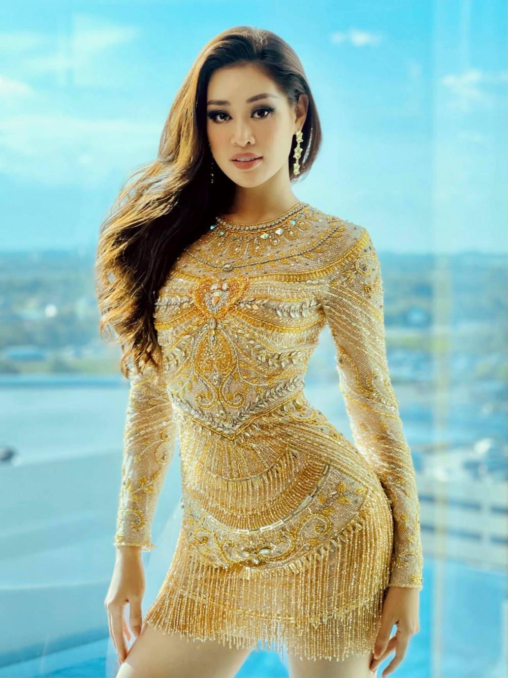 Bộ váy màu vàng kim do NTK Thượng Gia Kỳ thực hiện cho Khánh Vân. Thiết kế được tạo điểm nhấn bằng chi tiết trái tim ở trung tâm, với ngụ ý nói về tình yêu thương, trái tim ấm áp - chủ đề cuộc thi năm Khánh Vân đăng quang.