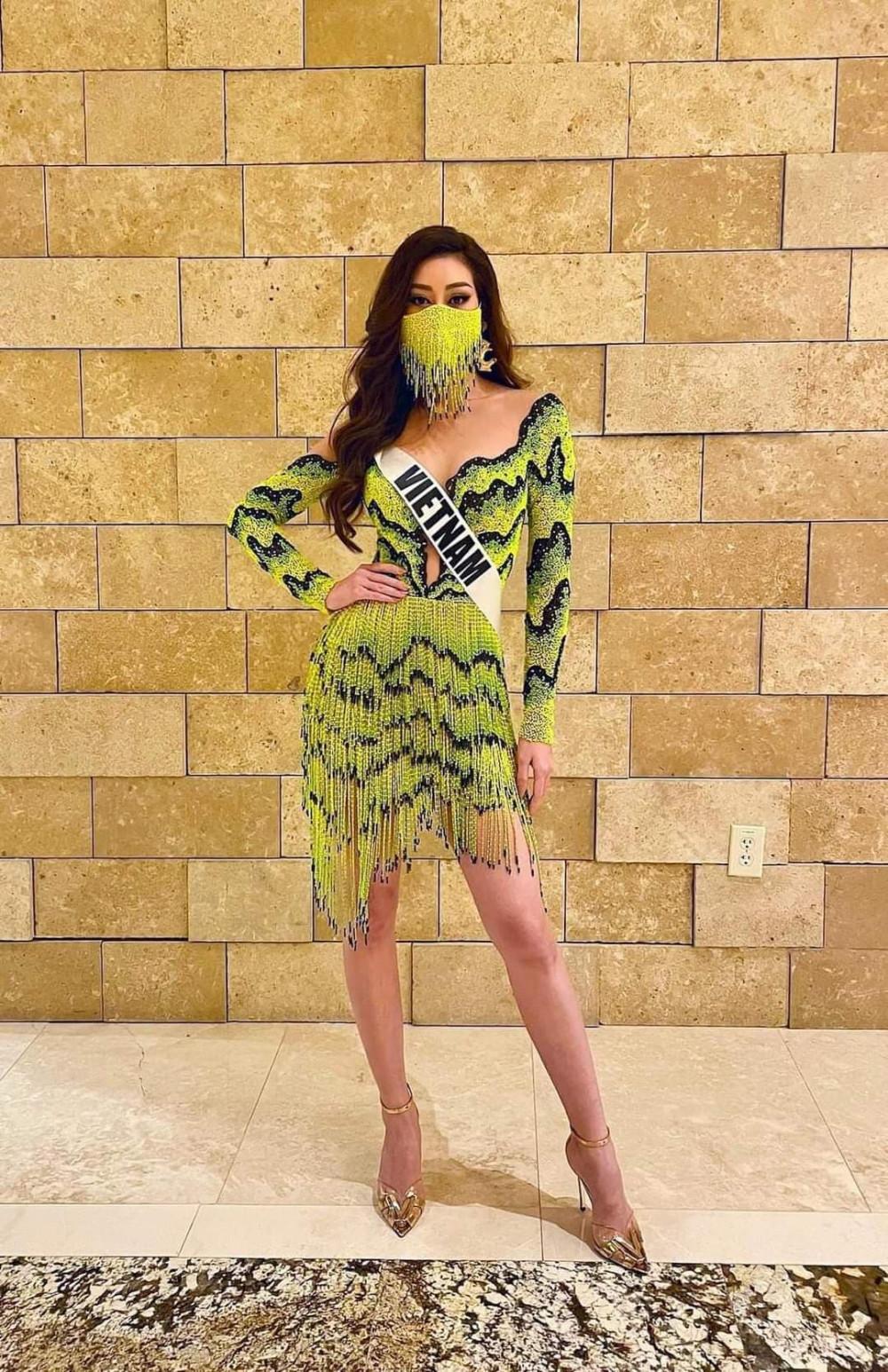 Người đẹp mang khẩu trang được thực hiện đồng bộ với trang phục.
