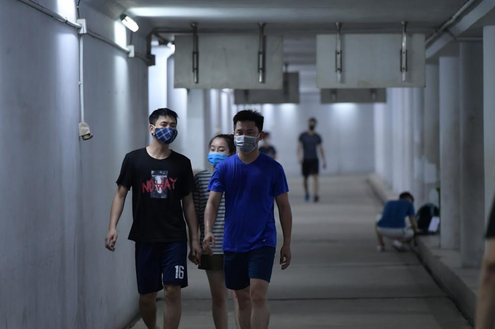 Ngay sau khi cơ quan chức năng đóng cửa các công viên để tránh tụ tập nơi đông người, tại Hà Nội, xuất hiện nhiều điểm tập thể dục mới...
