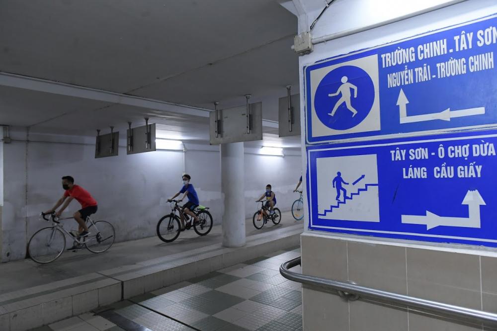 Dù đây là hầm dành cho người đi bộ nhưng nhiều người mang xe đạp xuống hầm để đi.