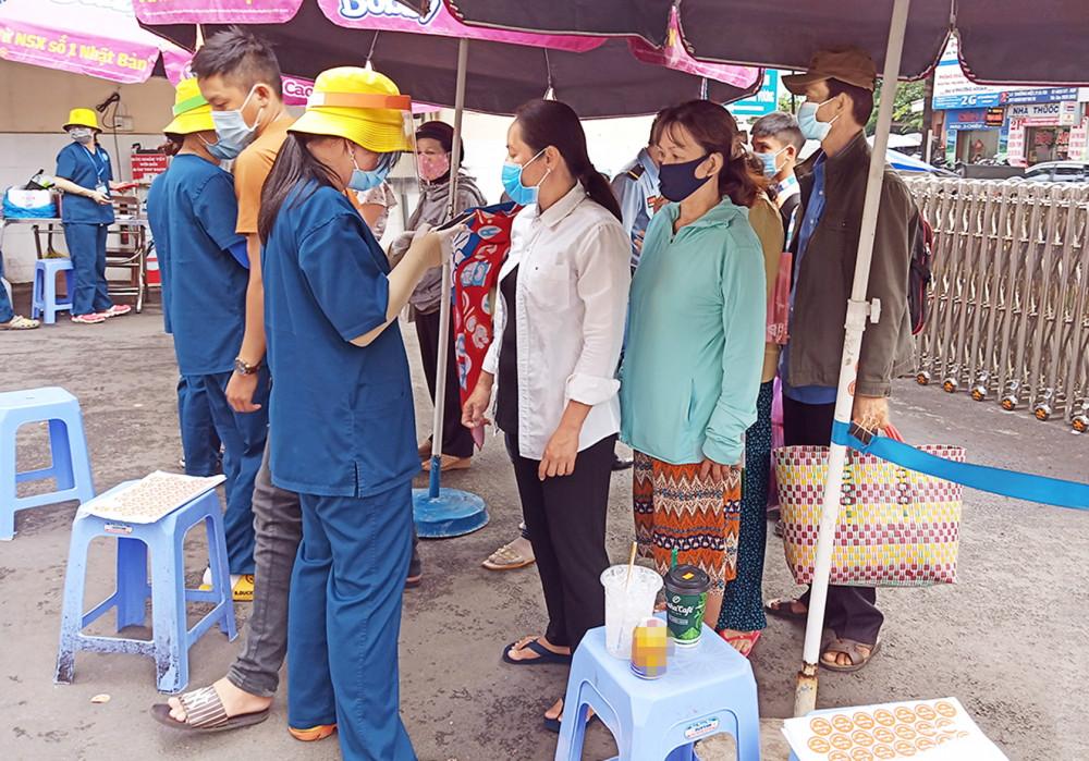 Nhân viên tại Bệnh viện Hùng Vương hỗ trợ người dân khám sàng lọc COVID-19 trước khi vào bệnh viện