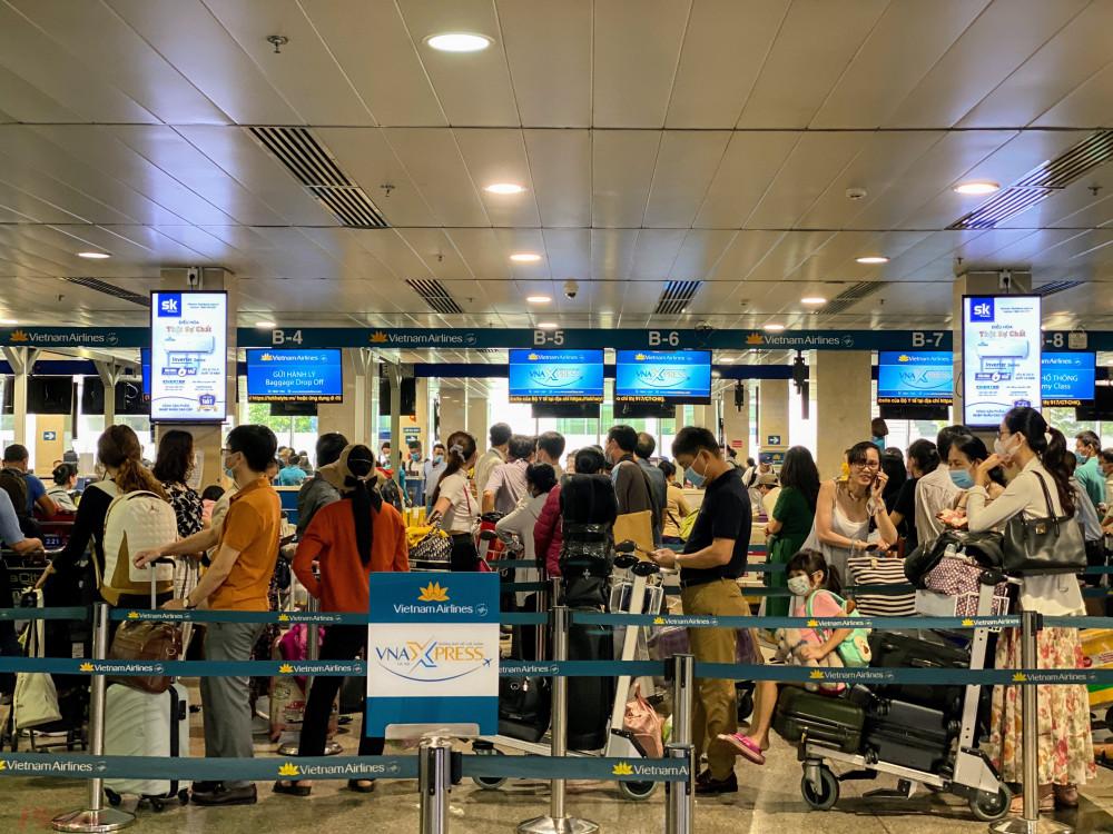 Khách hàng đang chờ làm thủ tục tại sân bay quốc tế Tân Sơn Nhất. Ảnh: Quốc Thái