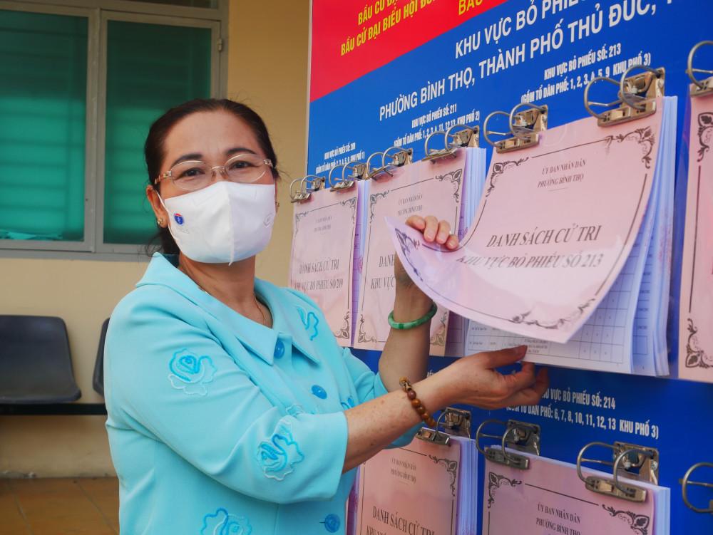 bà Nguyễn Thị Lệ đánh giá cáo công tác niêm yết danh sách cử tri và ứng cử viên tại phường Bình Thọ, đảm bảo người dẫn dễ tiếp cận