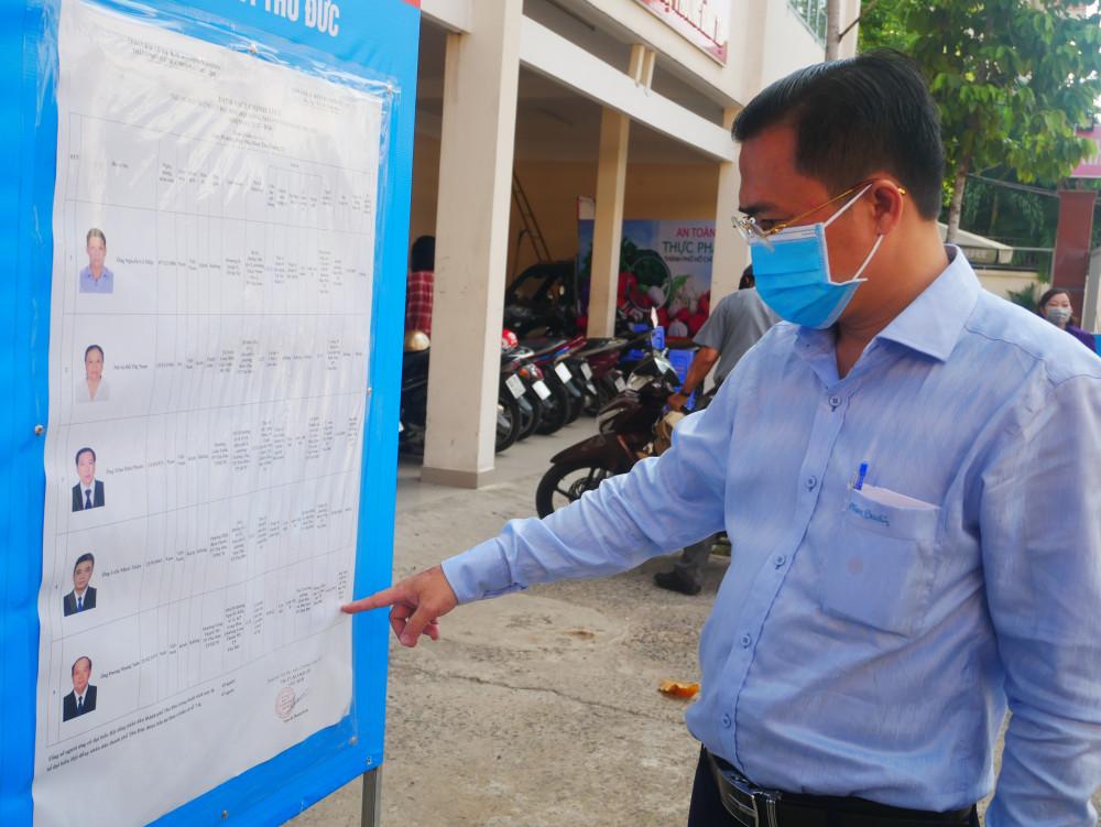 Ông Cao Thanh Bình - Chánh văn phòng Đoàn đại biểu Quốc hội và HĐND TPHCM kiểm tra danh sách niêm yết