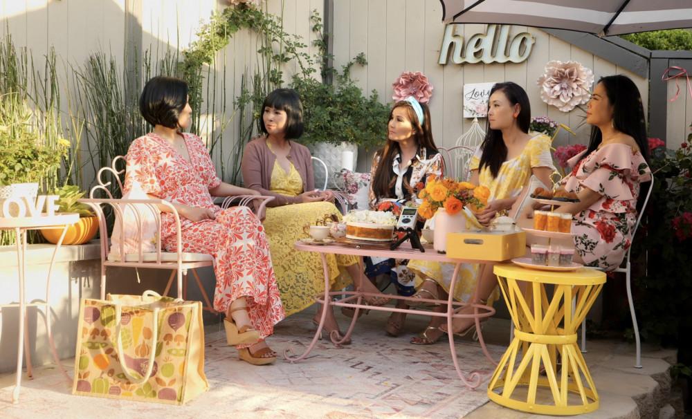 Nghệ sĩ Hồng Đào (bìa trái) và những người bạn bàn về chủ đề người mẹ nhân Ngày của mẹ