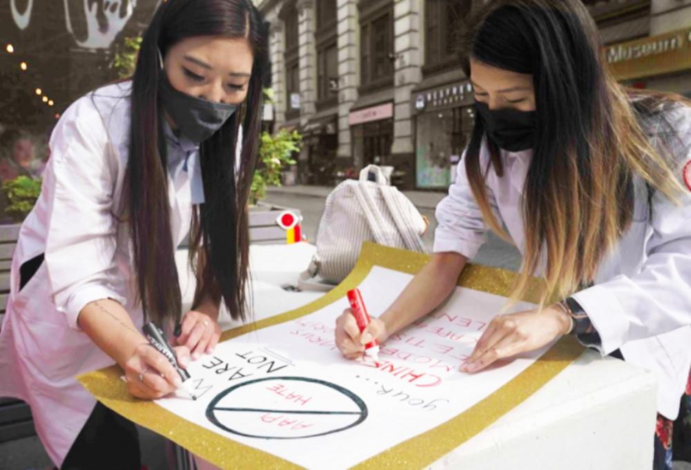 Tiến sĩ Michelle Lee (người gốc Hàn Quốc) và Ida Chen (người gốc Hoa) chuẩn bị áp phích cho các cuộc biểu tình phản đối sự thù địch vô lý chống người châu Á - Ảnh: AP