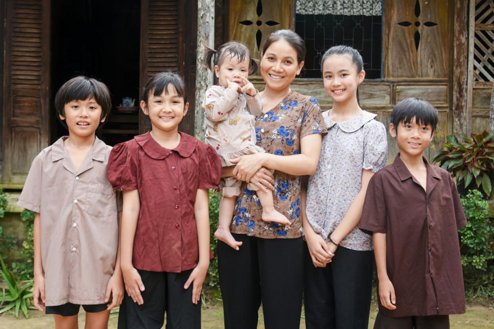 Diễn viên Ngọc Tuyền (vai người mẹ) và dàn diễn viên nhí của phim