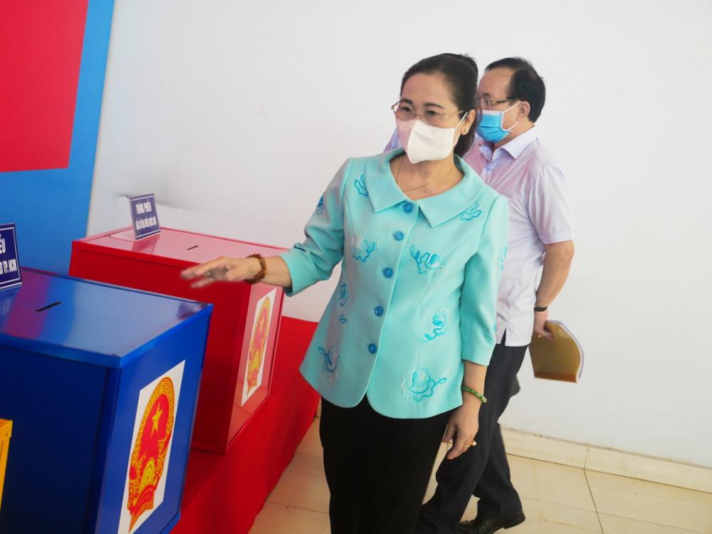 Bà Nguyễn Thị Lệ kiểm tra công tác chuẩn bị bầu cử tại TP.Thủ Đức