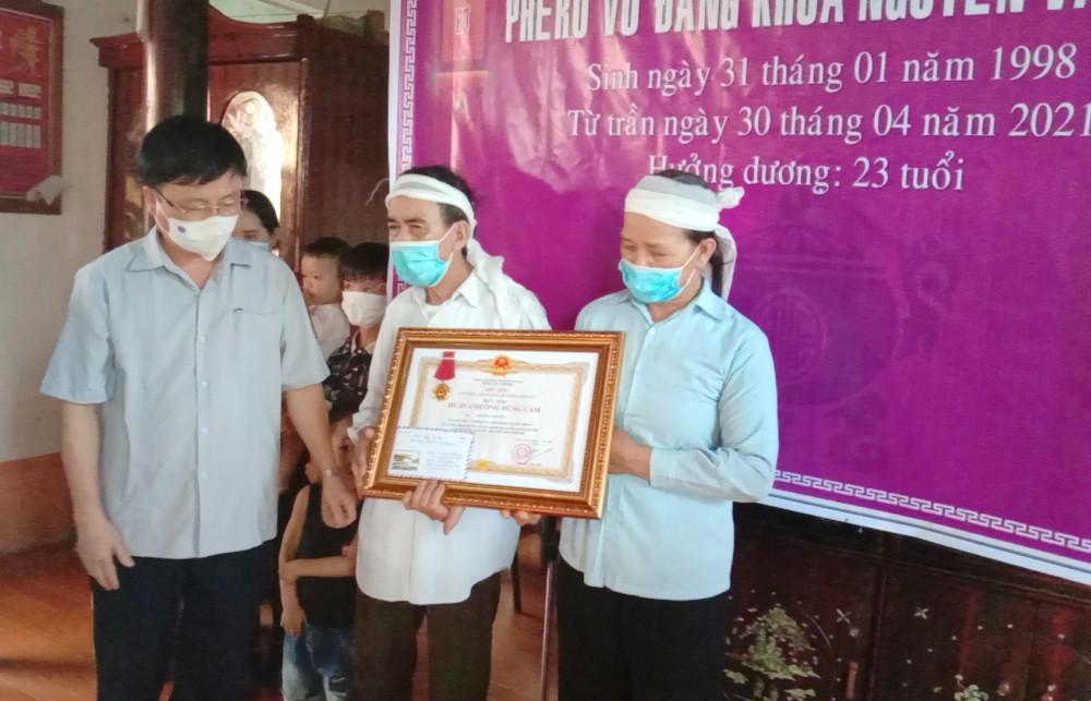 Lãnh đạo tỉnh Nghệ An trao Huân chương Dũng cảm của Chủ tịch nước cho gia đình em Nhã