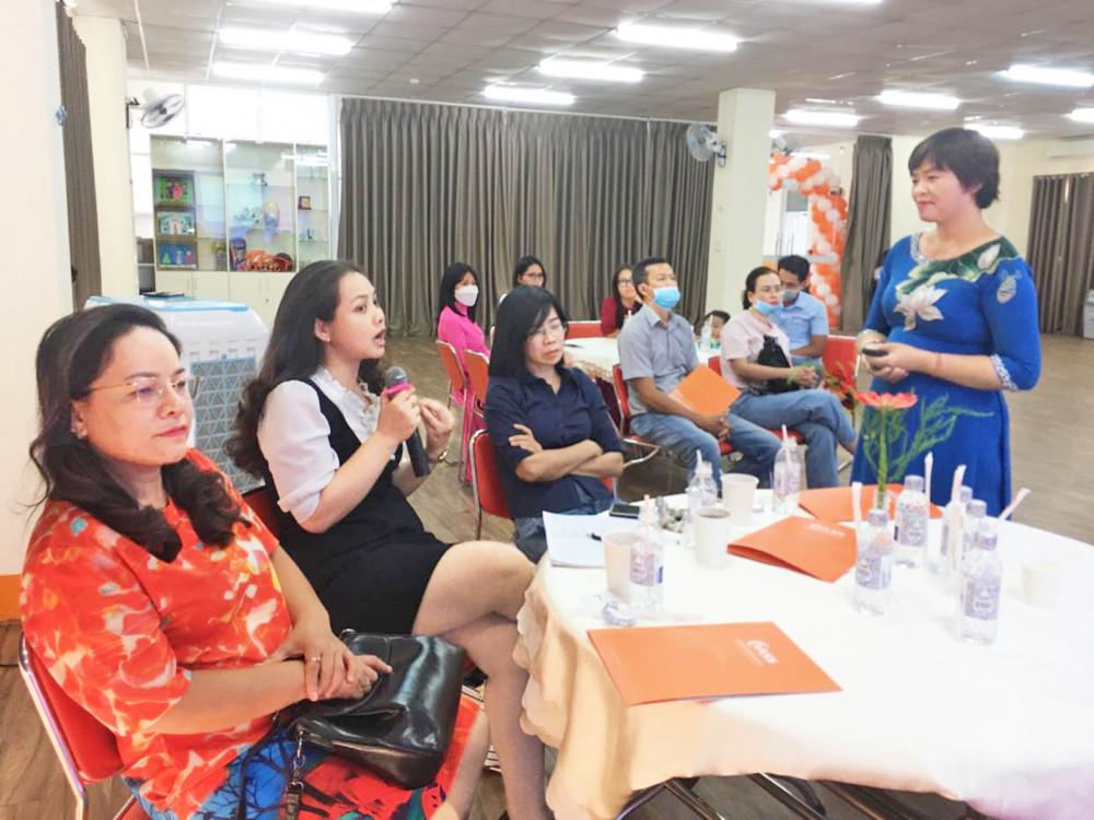 Tiến sĩ Phạm Thị Thúy lắng nghe phụ huynh chia sẻ về hành trình nuôi dạy con tuổi dậy thì