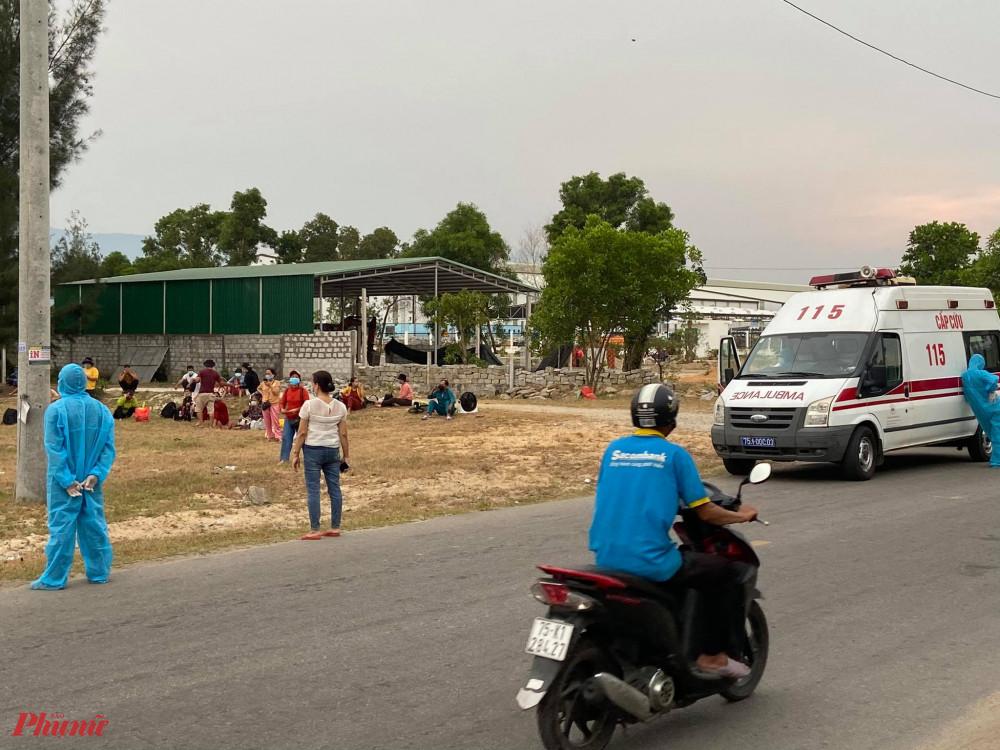 Người dân thôn Phú Hải xã Lộc Vĩnh chờ lên xe đi cách ly tập trung