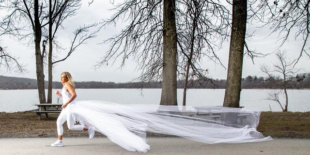 Vanessa Reiser chạy 285 dặm ngang qua tiểu bang New York trong vòng 12 ngày khi mặc váy cưới và trang phục thể thao lấy cảm hứng từ cô dâu để nâng cao nhận thức về lạm dụng ái kỷ trong gia đình - Ảnh: Fox News