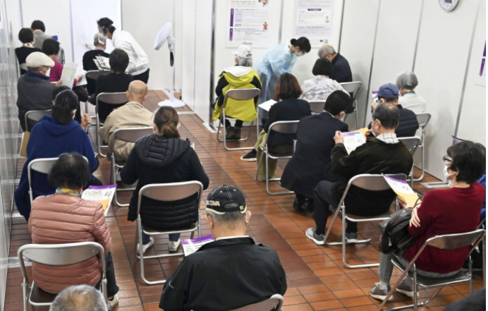 Người cao tuổi chờ đợi trong phòng quan sát sau khi tiêm vắc xin COVID-19 ở Hachioji, phía Tây Tokyo