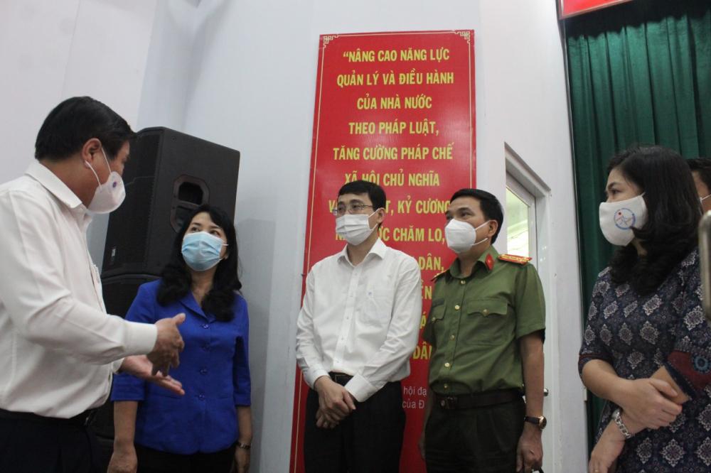 Các đại biểu trao đổi tại cuộc tiếp xúc cử tri.