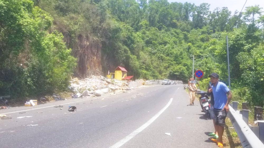 Sau khi va vào lan can, chiếc xe tải tông thảng vào vách núi