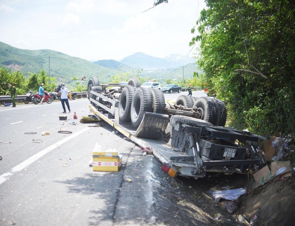 Xe tải gặp tai nạn khi đổ đèo khiến 2 người tử vong