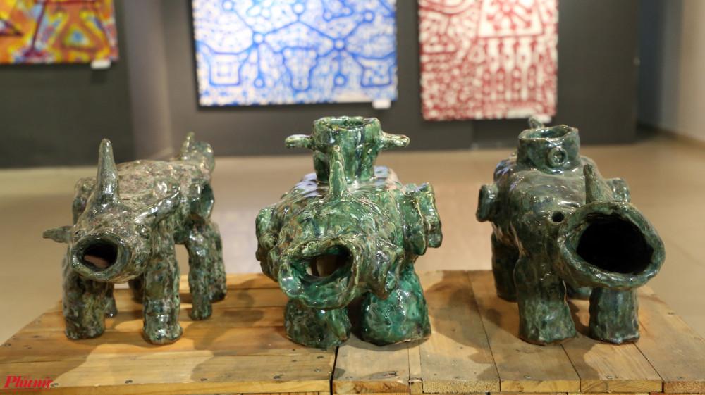 Triển lãm còn trưng bày nhiều tác phẩm gốm do cặp nghệ sĩ thực hiện.