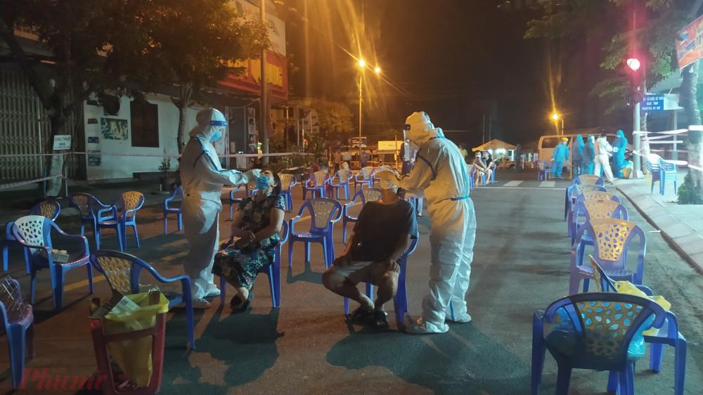 Ngành y tế Đà Nẵng tổng lực lấy mẫu xét nghiệm xuyên đêm tại các điểm nóng